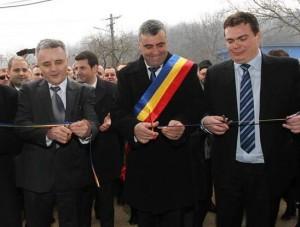De la stanga spre drapta, cu onor inainte: Dorel Benu, primarul comunei Mociu si Adrian Zaharia. in planul secund Turtoi si Constantin